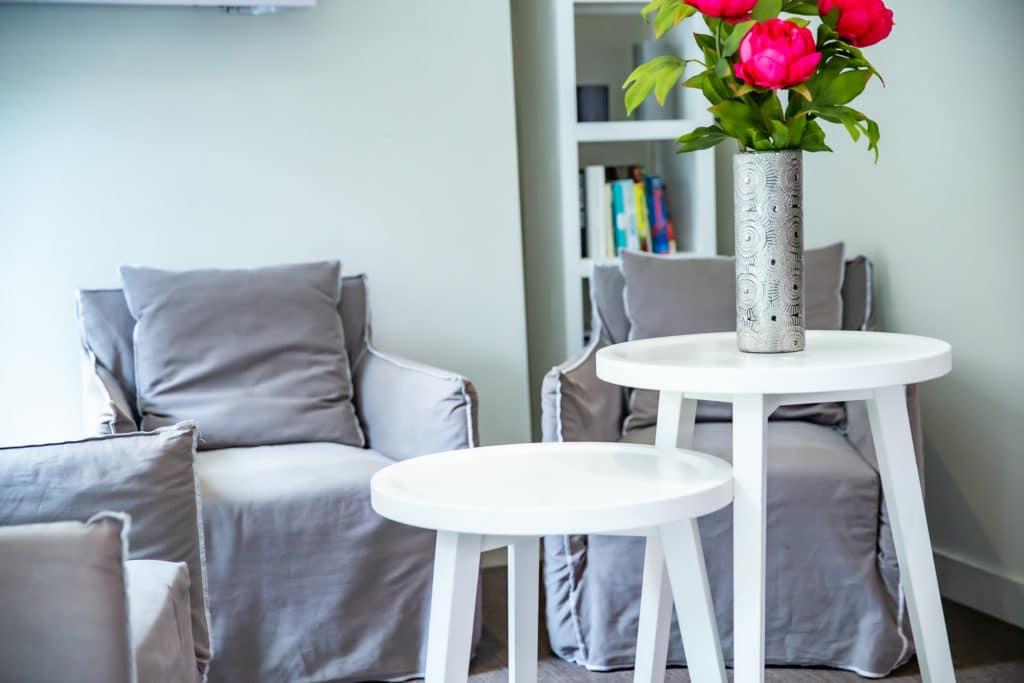 Réception hôtel du château Dinan fauteuils et tables
