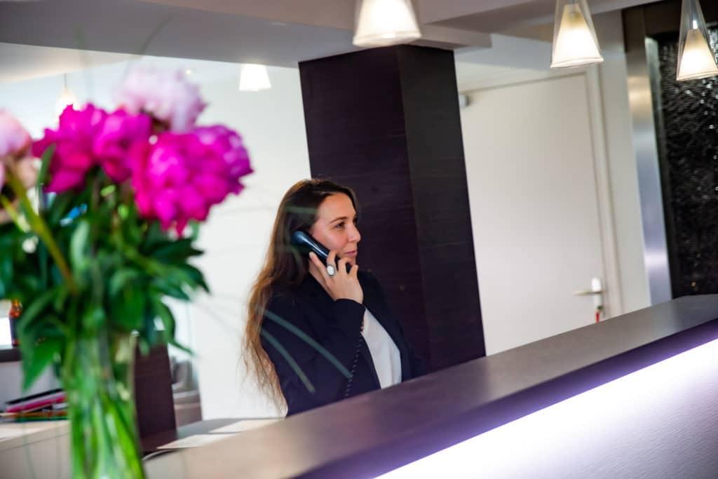 Réceptionniste téléphone hotel du chateau