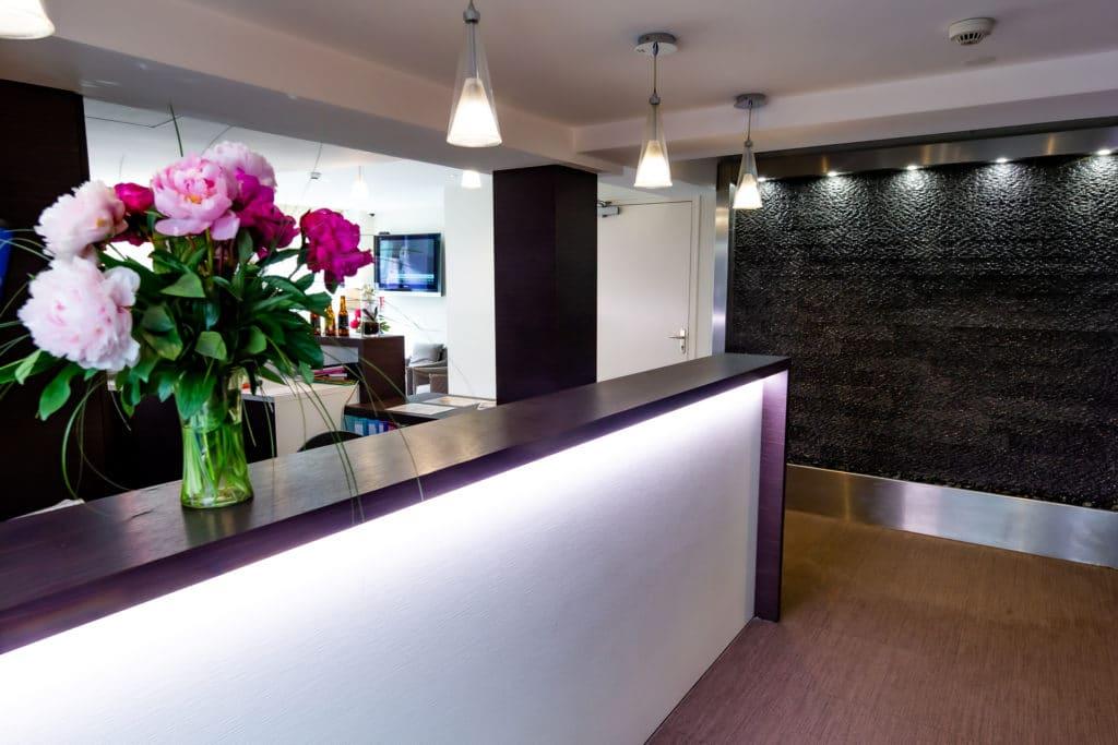Réception hôtel du château avec bouquet de fleur