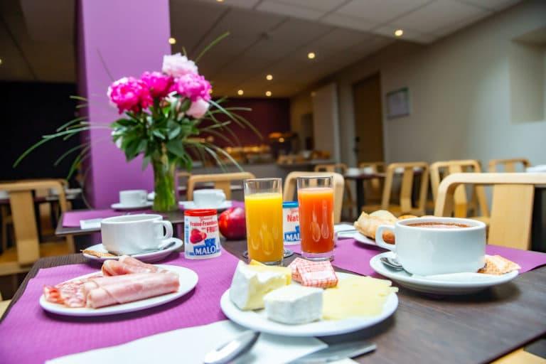 table petit-déjeuner jambon jus d'orange café yaourt fromage